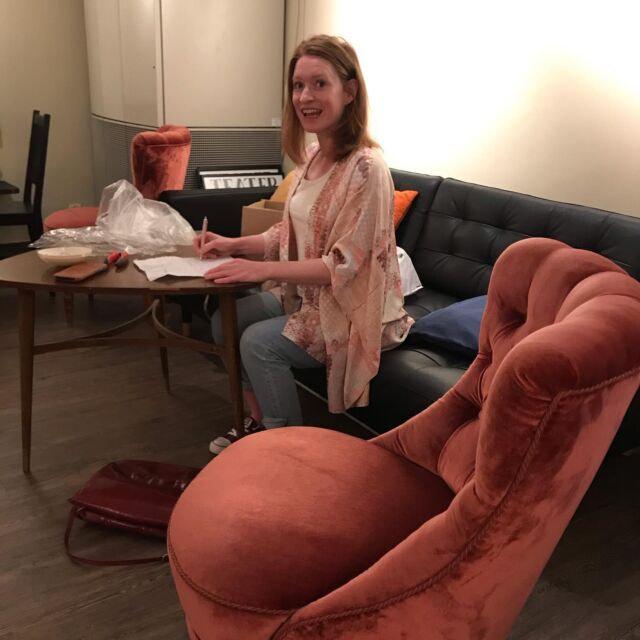 Rapport från caférenovering. Kristina har varit i Norrköping och köpt två fina Emmafåtöljer. Skomakarlampa testas och Peter Jonsson vår eminente elektriker konsulteras. ✨✨✨✨✨