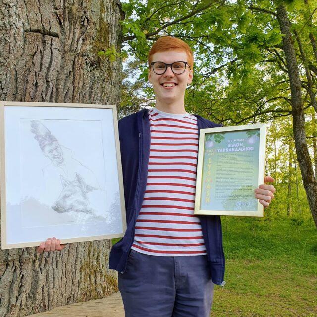 Stort grattis till Simon Tarakkamäki som hedrades med Lysmasken på Lysets årsmöte i kväll. Konstverket har Dan Lekberg gjort, med inspiration från Djungelboken, där Simon spelar hyena.
