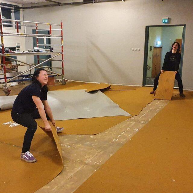 Senaste veckan har det hänt mycket i pågående renovering på Kungsteatern. Några har brottats med en heltäckningsmatta från typ 1970-talet. I caféet är golvläggning snart klar och virke till sittbänkar har hämtats.